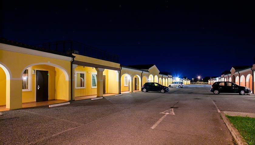Autohotel Venezia esterno di notte