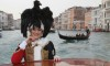 Maschera con aquila in testa al carnevale di Venezia