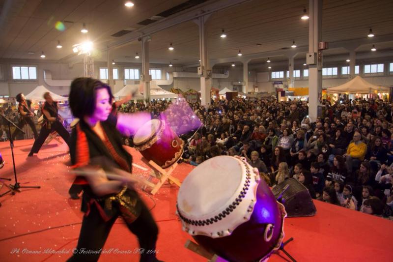 Un momento di un concerto di percussioni alla Festa d'Oriente