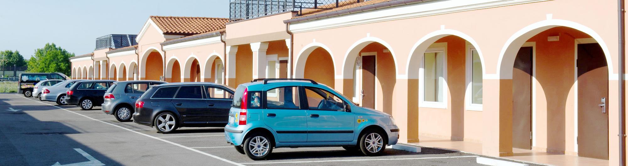 Il piazzale antistante le camere di Autohotel Venezia